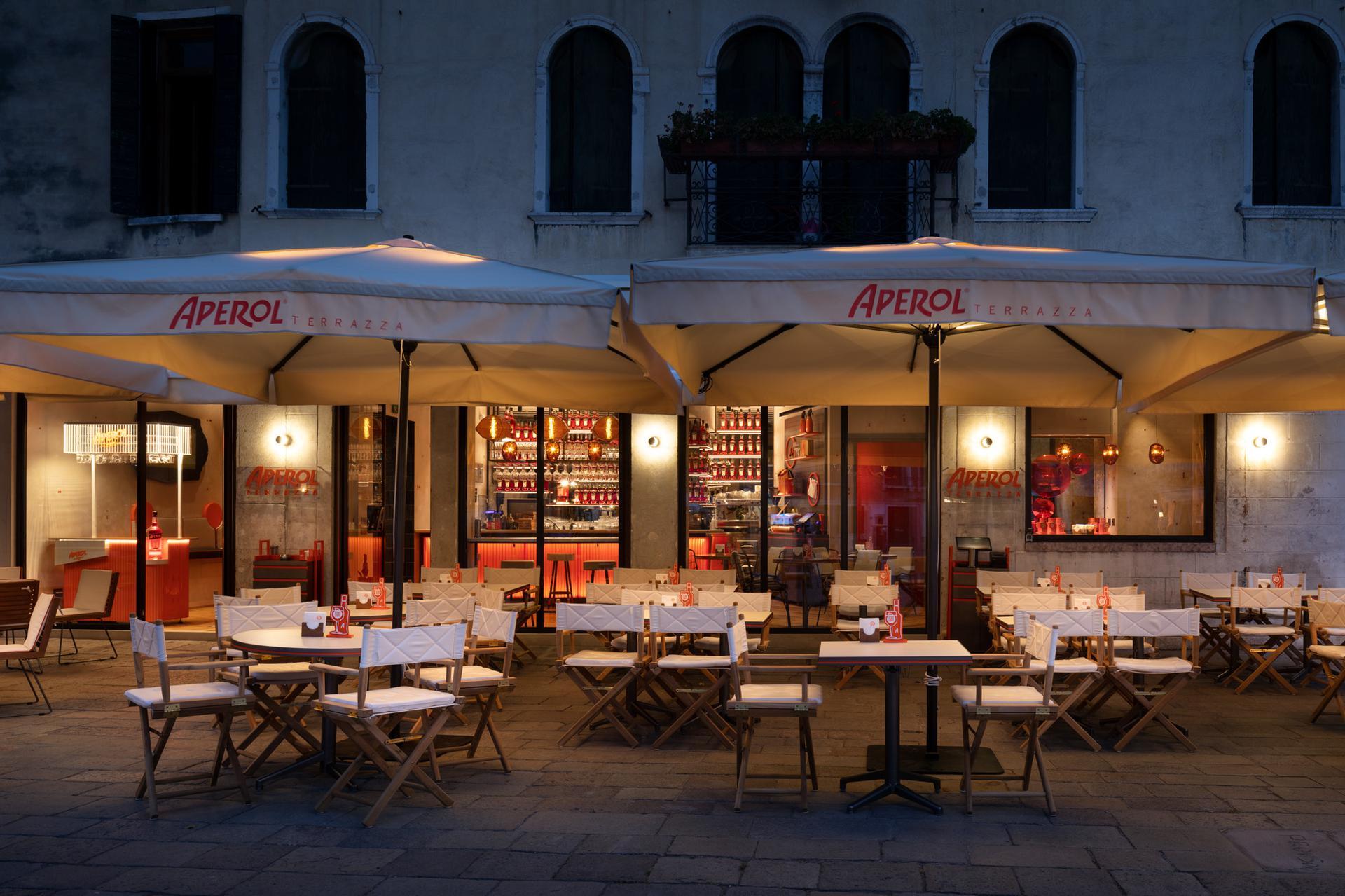 Il design della convivialità, nel progetto di Terrazza Aperol a Venezia
